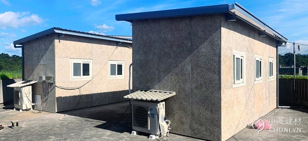 貨櫃屋四面外牆裝上鑽泥板後的外觀,滿滿的木絲紋路具有原生自然感