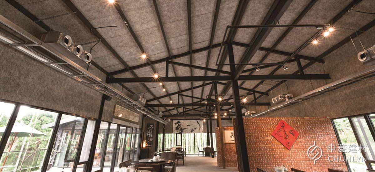 屋頂板內側加裝鑽泥板之後,就能隔絕戶外的熱能,還附帶吸音效果,讓遊客能舒適用餐。