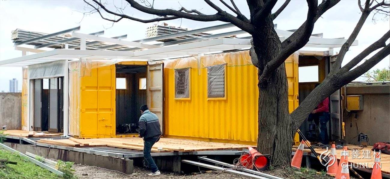 將貨櫃屋架高可防潮、防淹水,屋頂架高留有空氣層,並加裝隔熱材料,有助於貨櫃屋隔熱效果。(圖/中菱建材)