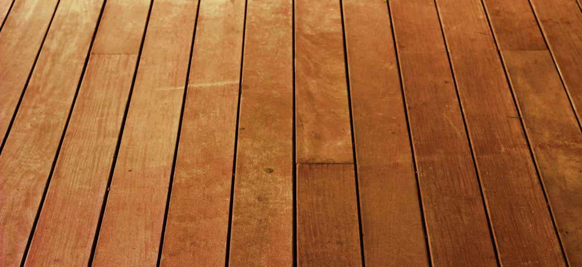 屋頂隔熱工法之一是在頂樓鋪木地板、塑木棧板,下方可留空氣層或塞入隔熱纖料。