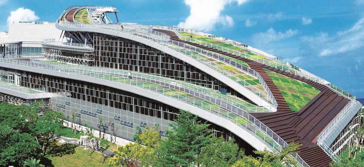 綠屋頂是最天然環保的屋頂隔熱工法。新莊國民運動中心將近一千坪的薄層綠屋頂,由竹間聯合建築師事務所設計。