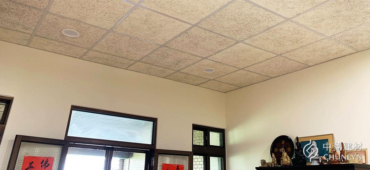 用鑽泥板明架板更新天花板,並重新粉刷牆壁後,看起來清爽許多。