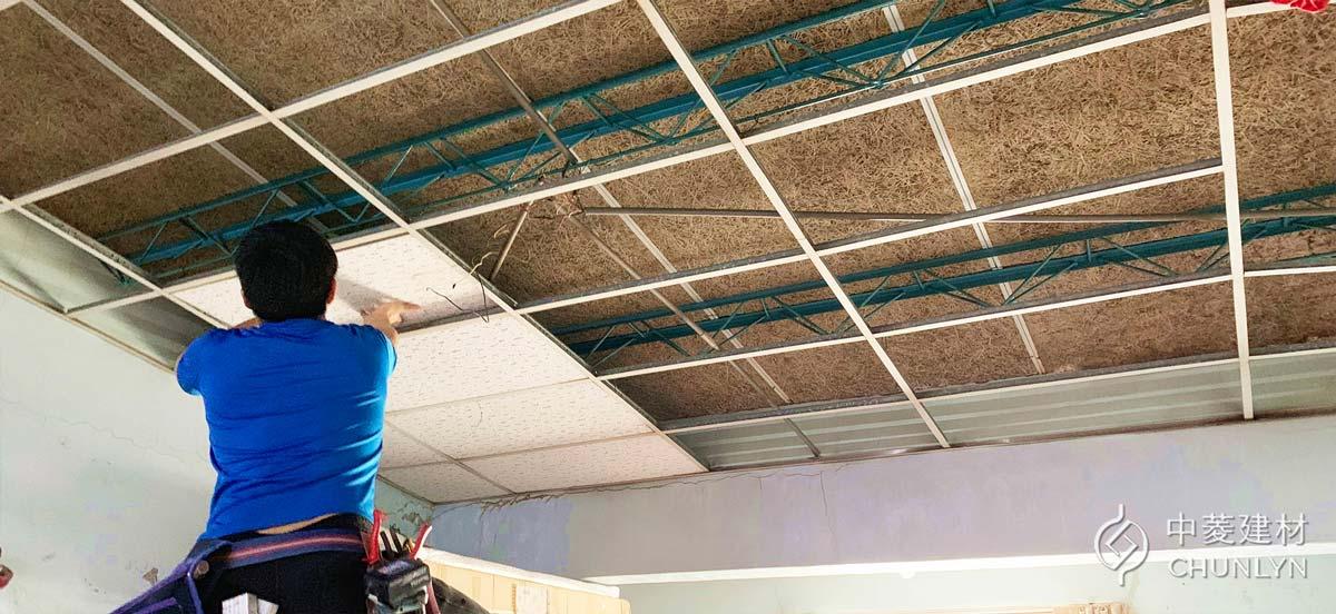 拆卸頂樓舊的明架天花板,可以看到最上方的金屬板屋頂,內側有施作鑽泥板。