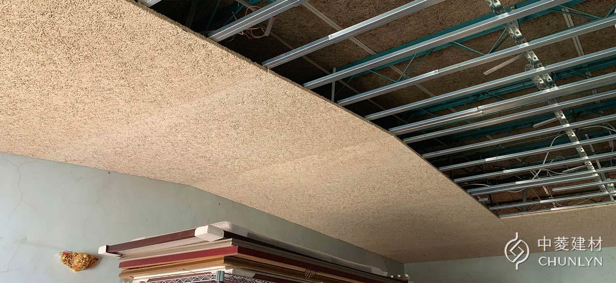 頂樓的10坪開放空間改施作暗架天花板,重新安裝輕鋼架骨架系統,釘上鑽泥板大板片。