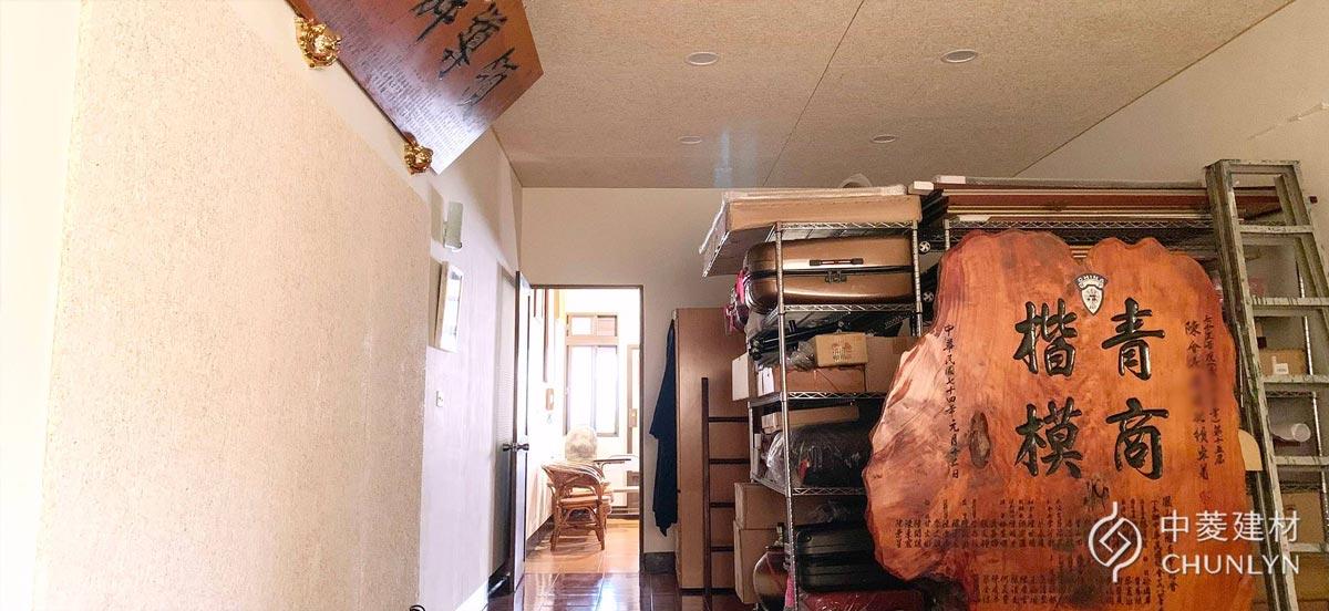 將頂樓空間斷捨離,再加上新的鑽泥板天花板,原本凌亂的空間變得舒適許多。
