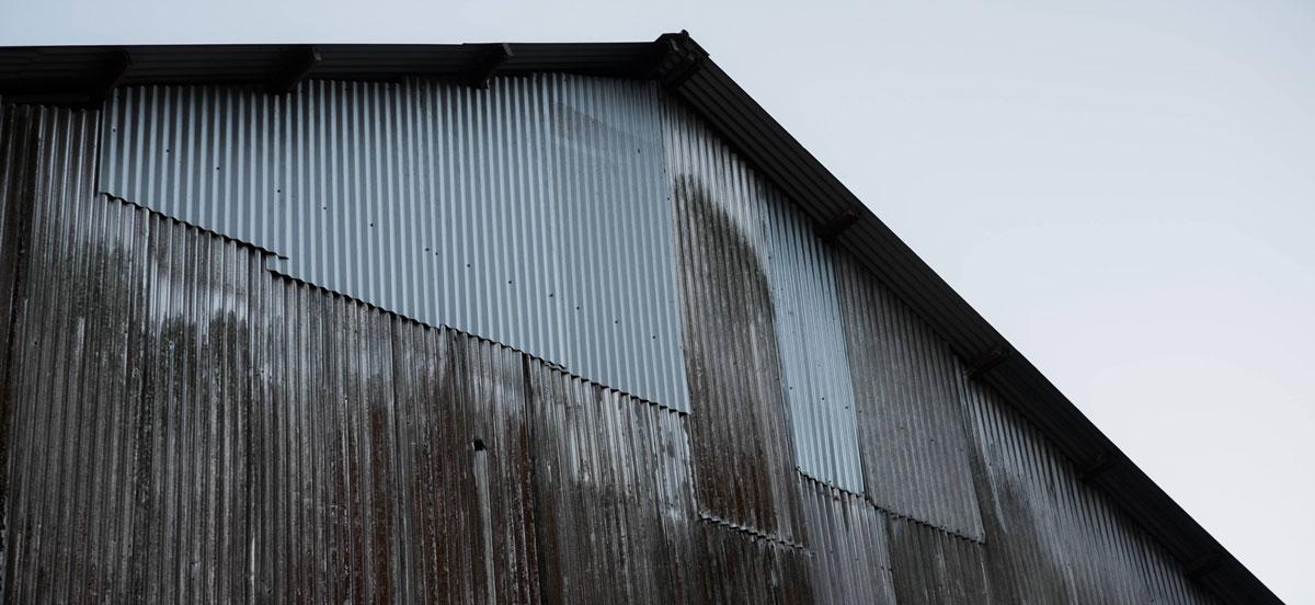鐵皮屋發生火警後,火勢成長速度很快,建築物必須使用通過耐燃等級的防火建材,才能保障安全。