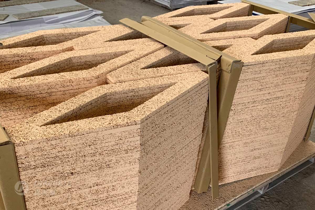 客製造型裁切:依設計師的需求,將細木絲鑽泥板裁切成狀似菱形的造型加上鏤空處理。上下保留水平線,更有利於牆面拼貼。