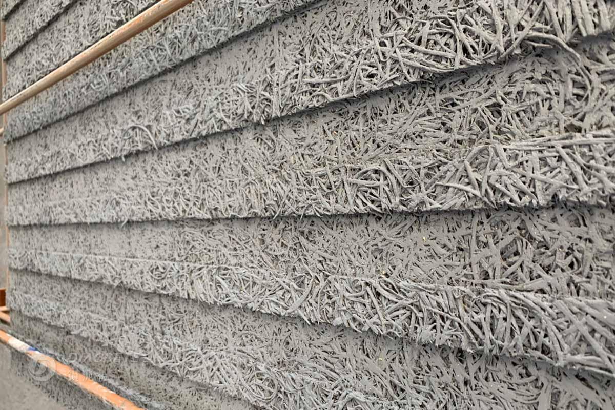 條紋刻溝的加工技術:以厚度25mm的鑽泥板進行加工,刨出立體條紋刻溝的表面,能增加室內吸音性並豐富牆面設計。