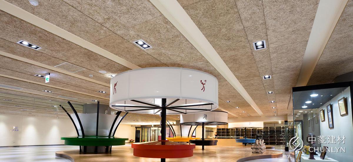 位於桃園的體育大學,天花板使用鑽泥板原色大板片,讓視覺輕鬆無壓力,帶來舒適自然的氛圍。