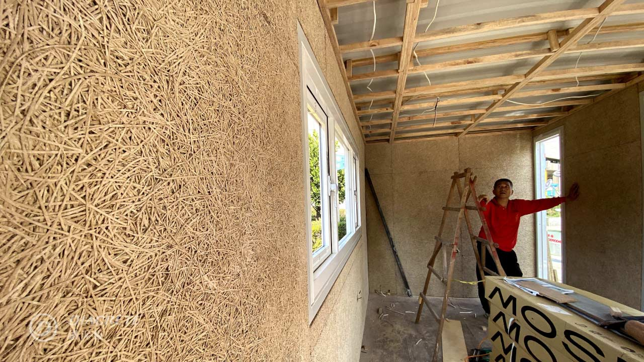 鑽泥板的多孔隙構造,能幫助建築阻熱、吸音、調濕。(圖片提供/台灣碳交易公司)