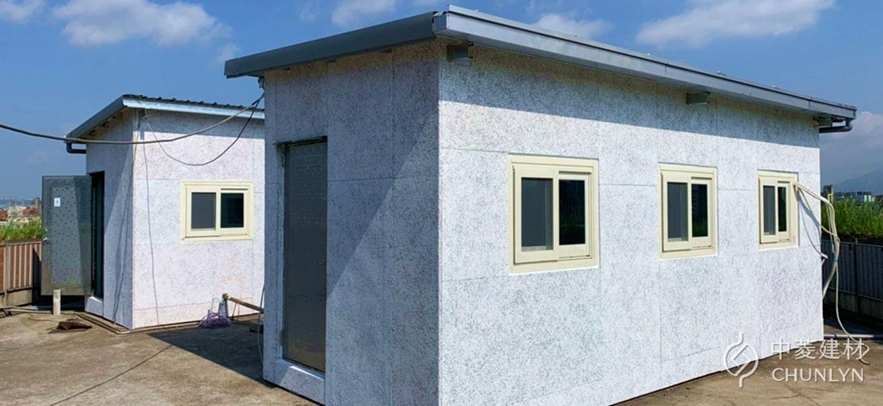 鑽泥板作為貨櫃屋外牆隔熱板,再於表面塗上淺色耐候隔熱塗料,加強隔熱效果。